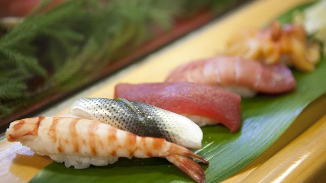 大舷 - 料理写真:仕入れはもちろん築地。笹の葉にのせて江戸前寿司を。おまかせは3000円と5000円をご用意しております。単品でのご注文も承っております。お好みのものがありましたらお気軽にどうぞ。カウンターとテーブル席をご用意しております。会社の仲間内での宴会はもちろんのこと、接待でのご利用も大歓迎です。何かご要望がございましたらお問い合わせください。