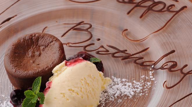 クイーン・オブ・チキンズ - 料理写真:お誕生日のお客様には恒例のサプライズ演出します!