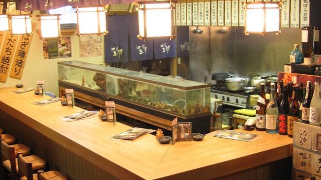 四国三郎 よしの川 - 内観写真:お一人でもゆっくりゆったりできるカウンター席