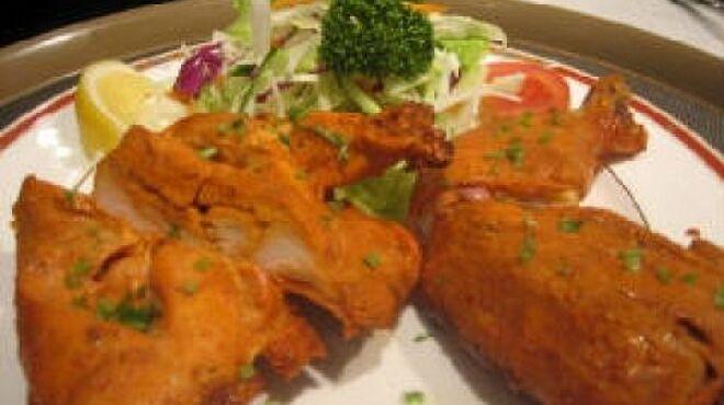 プリヤ - 料理写真:タンドリーチキン(2P:¥800)はスパイス入りヨーグルトにつけ込み、インドの釜で焼いたチキン。柔らかくてジューシーです。