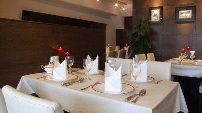 プリヤ - 内観写真:白いテーブルクロスが美しい高級感のある店内。落ち着きのある空間でゆったりお食事をお楽しみ頂けます。