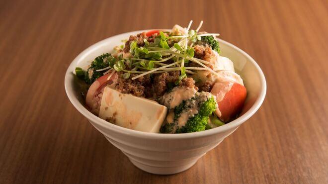 牛8 - 料理写真:新鮮な野菜をたっぷり使用した牛8特製サラダ