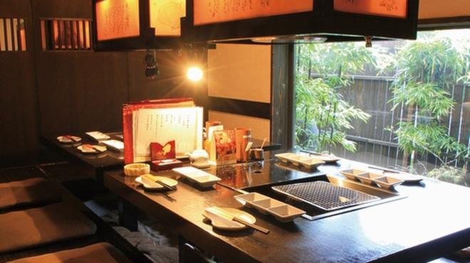 あぶり家 天満の月 - 内観写真:半個室で囲炉裏を囲んでワイワイと楽しんでください。