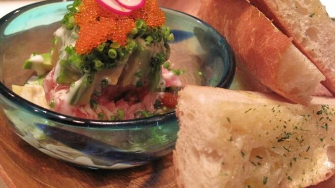 魚屋豪椀 - 料理写真:ネギトロ&アボカドのタルタルガーリックトースト
