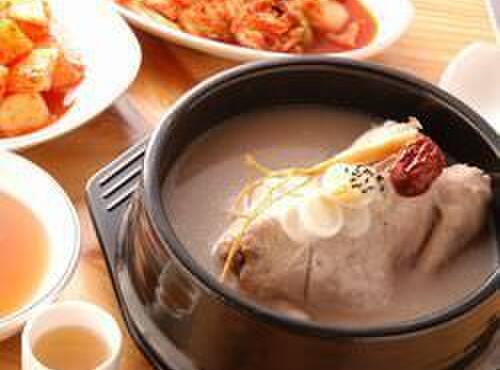 高麗参鶏湯 - 料理写真:高麗人参・鹿茸・くるみ・松の実をはじめ30種類以上の材料を8時間煮込んだ漢方スープは日本で当店でしか味わえないこだわりの逸品です。