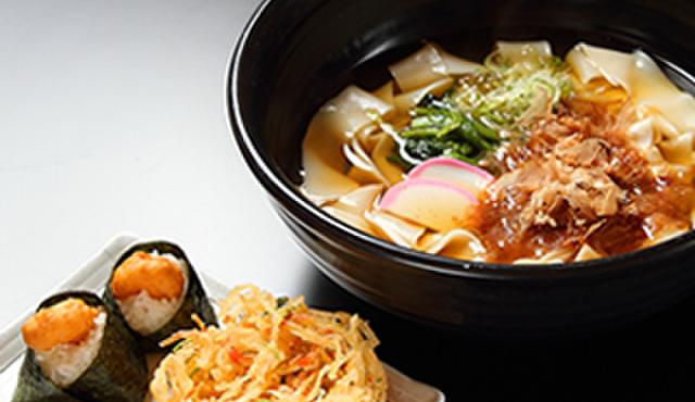 めんつるび - 料理写真:満喫!名古屋セット(きしめん+天むす+かき揚げ)を堪能できます。