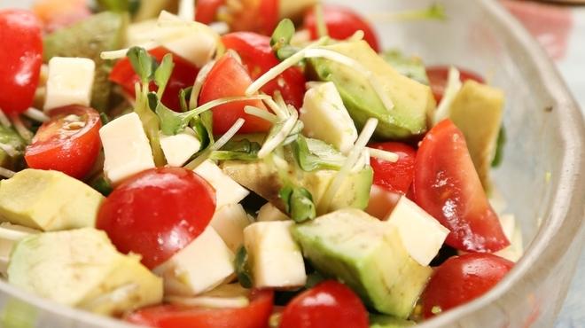 五六八そば - 料理写真:女性に人気!アボカドと豆腐のサラダ