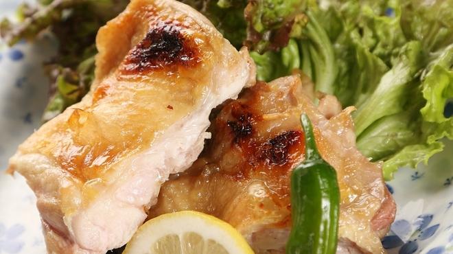 五六八そば - 料理写真:ボリューム満点の料理も数々あります(鶏もも一枚焼き)