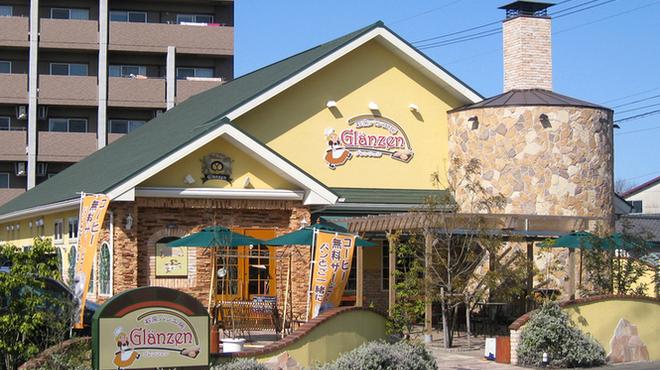 石窯パン工房 グレンツェン - 外観写真:黄色の外壁と石窯の煙突が目印です。