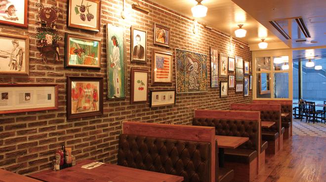 バビーズ - 内観写真:「古き良きアメリカ」を意識したカントリー調の温かみあるレストランエリアはまるでニューヨークのレストランで食事を楽しんでいるかのような非日常的空間。どこか懐かしくホッとする「居心地良い寛げる空間」を皆さまにご提供いたします。バビーズ汐留で「本物のアメリカ料理」をご堪能下さい。
