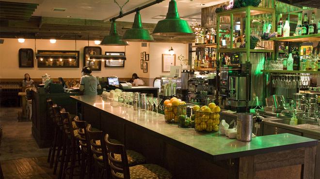 バビーズ - 内観写真:バビーズニューヨークをイメージしたバーカウンター。お酒一杯からお気軽にご利用ください。