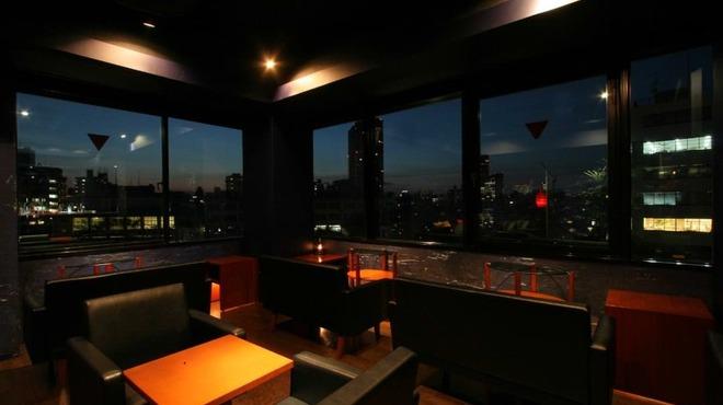 Bar Deva - 内観写真:開放的な店内。