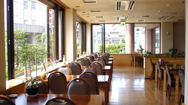 うらわのうなぎ 萬店 - 内観写真:1階テーブル席 広々とした店内でごゆっくりお食事をお楽しみいただけます。