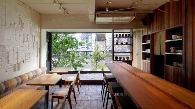 レーベルカフェ OSAKA - 内観写真:大きな窓から堂島川を愛でることができる1階の空間。