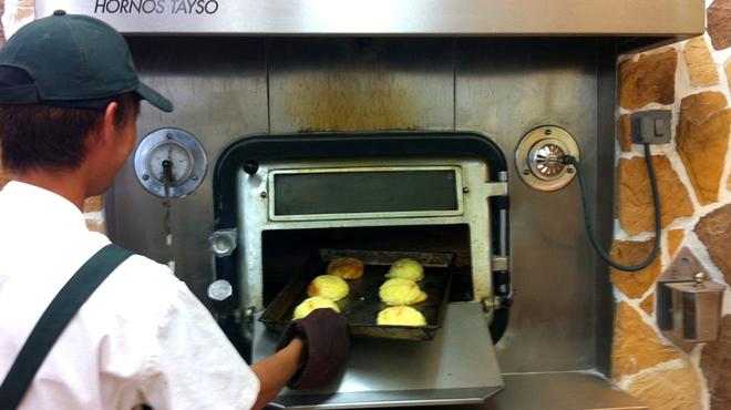 石窯パン工房 グレンツェン - 内観写真:石窯で焼いたパンは、外はパリッと中はもっちり!