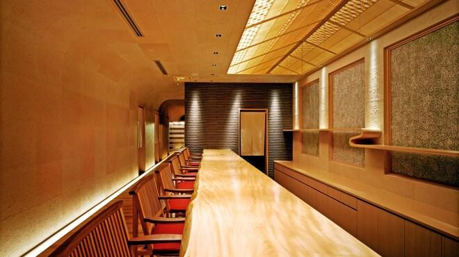 寿司上野坂 - 内観写真:一枚板の白木カウンター