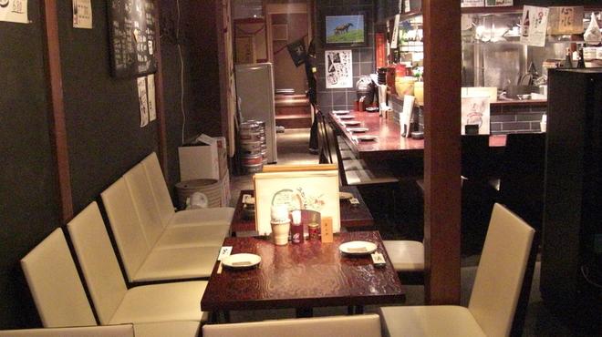 てげてげ - 内観写真:入口付近の4名様、2名様、2名様のテーブルのお席です。席を合わせると11名様までご利用いただけます。