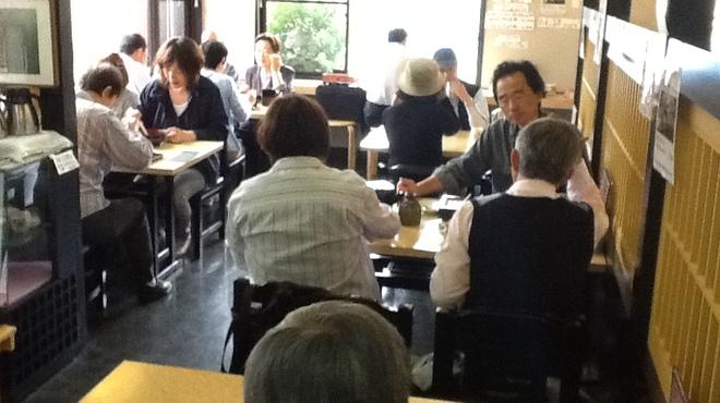 千本桜 - 内観写真:当店は4人掛けテーブルが5卓、カウンター5席、4名小上がり5卓、6名小上がり1卓、3名小上がり1卓でございます。
