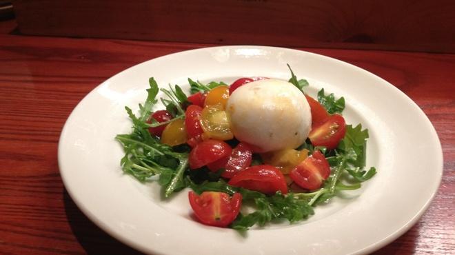 マッコ - 料理写真:モッツァレッラチーズに生クリームを加えたブッラータチーズで、ルッコラと色々なトマトのサラダを作りました♪