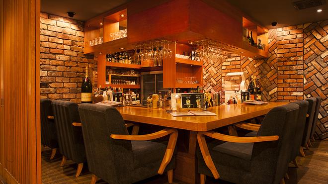 アオ - 内観写真:各国の厳選ワインにお店オリジナルの7色のカクテルも
