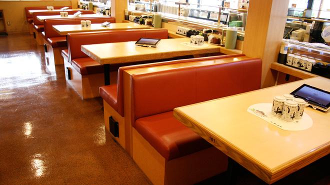 すし水軍 - 内観写真:テーブル席 オーダー用タッチパネル完備