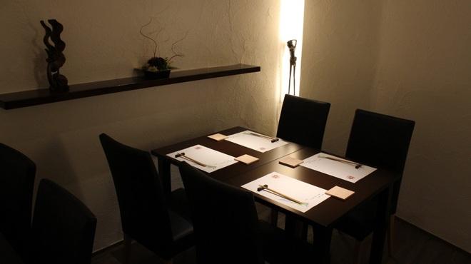 はるさあ - 内観写真:テーブル席もございます。ご友人、ご家族と一緒に素敵な料理をお楽しみください。