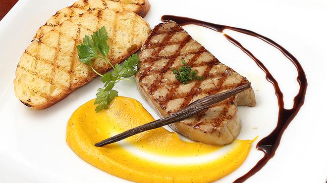 レスパス - 料理写真:Foie gras grillé au potiron vanillé avec brioche maison フォアグラのグリエ、ヴァニラの香りのカボチャのピュレ添え