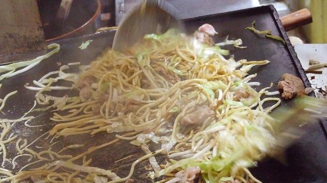双月 - 料理写真:鉄板の上で美味しく焼かれる焼そば
