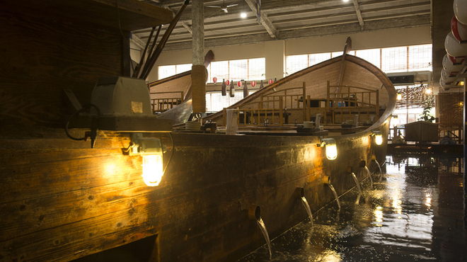 ざうお - 内観写真:40~60名対応の2つの船は、貸切も可能。船上で味わう時間は格別