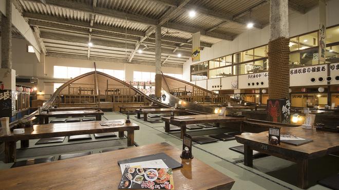 ざうお - 内観写真:天井の高い解放感あふれる店内。大広間、半個室、個室を完備