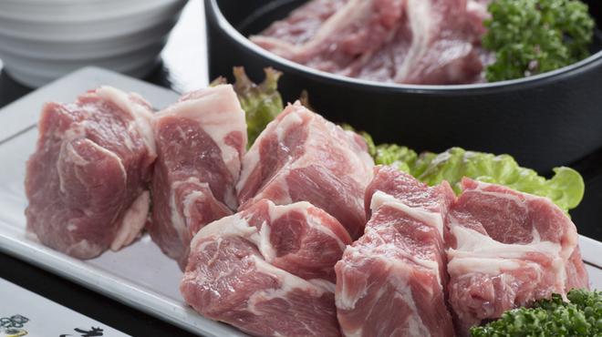 遠野屋 - 料理写真:美味しさを実感できるオススメメニュー『ラム肩ロース』(奥)