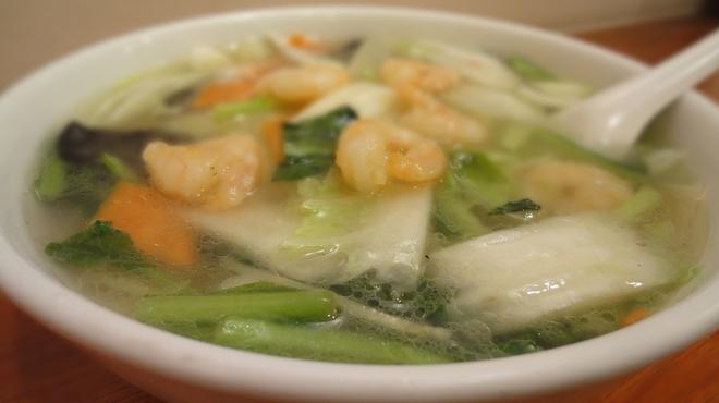 東林 - 料理写真:「えびそば」 東林のおそばの中で唯一の塩味。プリプリのえびの食感とさっぱり塩味の細麺が絶妙。\800