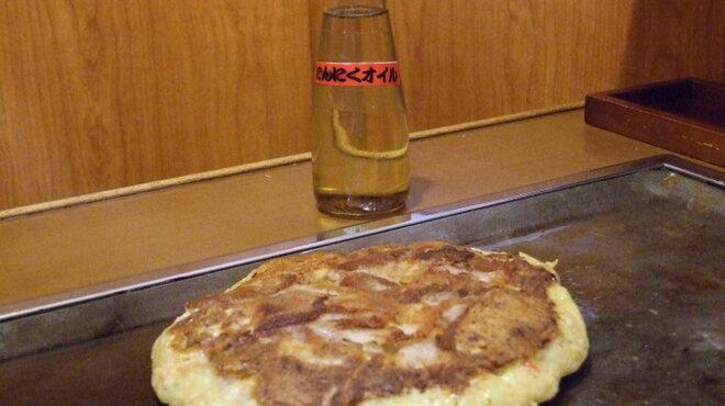 双月 - 内観写真:お好み焼に自家製にんにくオイル!おすすめの食べ方です♪