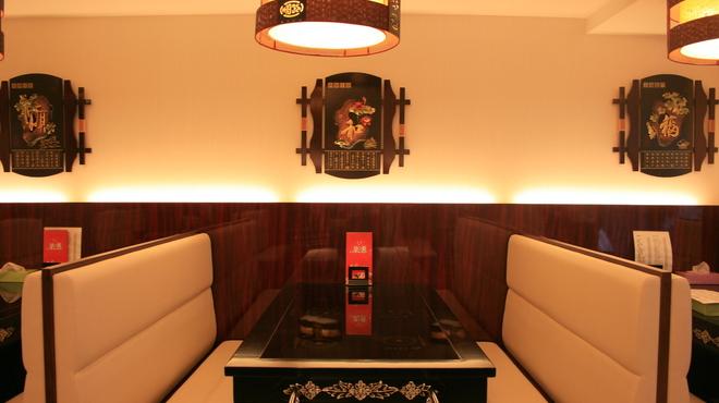 鑫福火鍋城 - 内観写真:6名様迄なら、こちらの席をご案内しております。火を使わず、安心・安全に中国風しゃぶしゃぶをお楽しみいただけます。