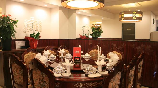鑫福火鍋城 - 内観写真:丸テーブルには回転台を設置。12名様でのお食事を楽しく演出いたします。