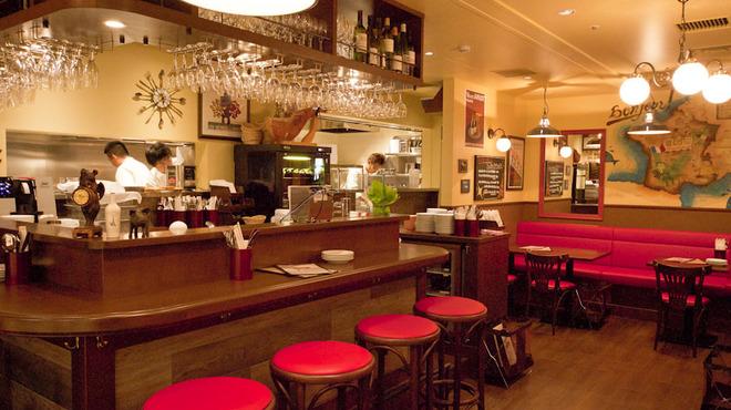 ワイン食堂 旅する子ブタ - 内観写真:一人でも入りやすいカウンター席