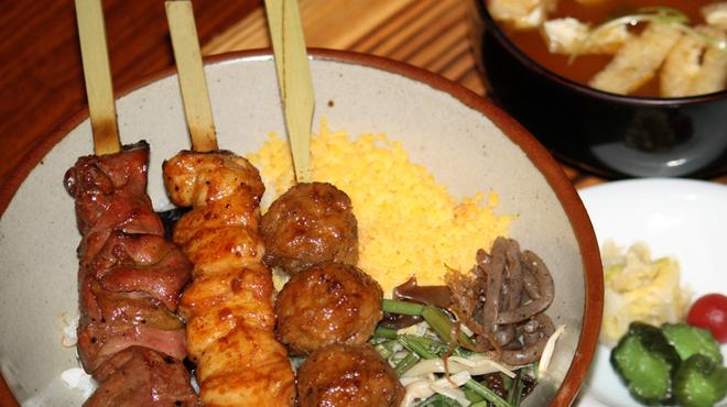 葡萄屋 - 料理写真:ランチ とりめし ¥1,200 レバー・ボン・つくねの丼です。ご飯の上には、山菜といり玉子がのっています。おみそ汁、お新香が付いています。