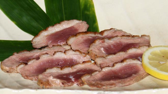葡萄屋 - 料理写真:鴨のたたき ¥3500 国内産の鴨(合鴨)のたたきは鮮度が命です。表面は香ばしく中はジューシー、特製のつけダレでお召し上がり下さい。鴨の甘味が口の中で広がります。