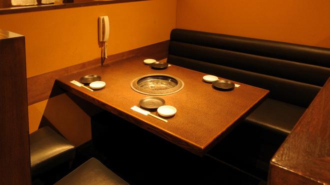 韓々 - 内観写真:黒光りするスタイリッシュな空間で、おしゃれに食べられます