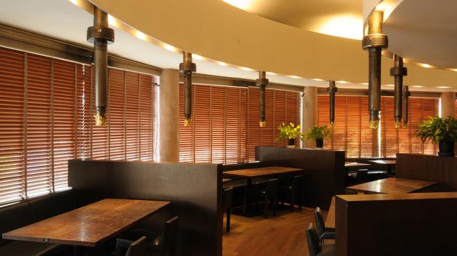 五大 - 内観写真:和のテイストの居心地いい店内で、15人まで対応可能の個室も