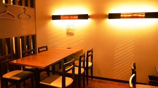 PAPA'S - 内観写真:◆暖色の灯る落ち着いた空間です♪