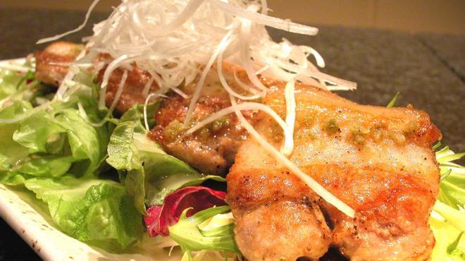 Fooding Bar Ruelle堂山 - 料理写真:もち豚の柚子胡椒焼き840円