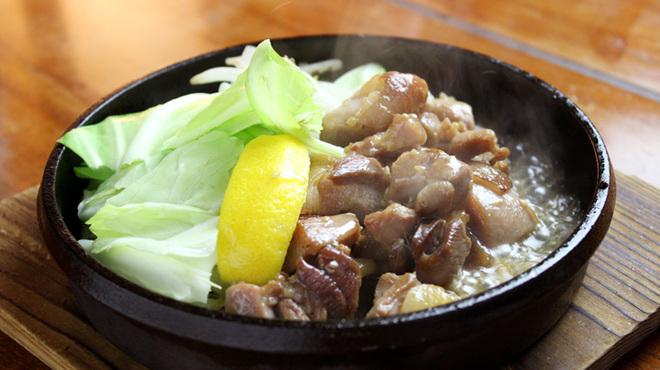"""てやん亭"""" - 料理写真:炭焼き地鶏と銘柄焼酎で今宵も一杯。"""