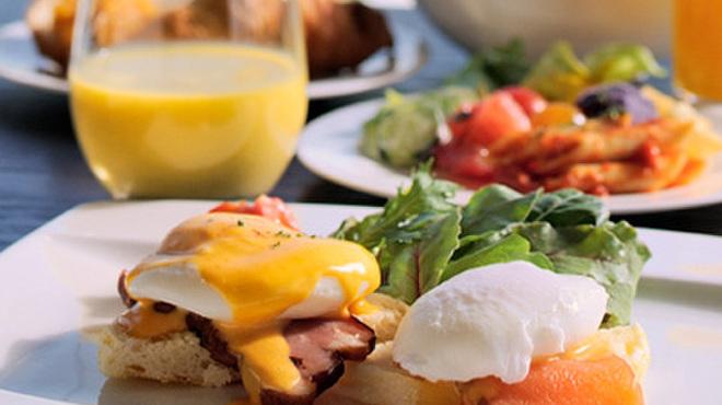 R レストラン&バー - 料理写真:朝食のセレクトメニュー・卵料理のひとつ「エッグベネディクト(手前の一皿)」。単品は24時間ご注文いただけます。