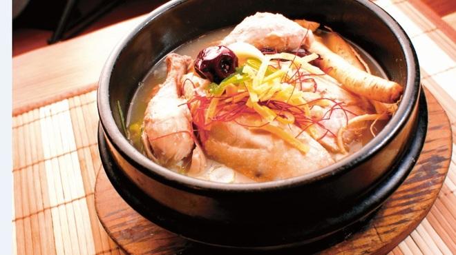 韓サラン - 料理写真: 自家製韓国料理 サムゲタン  自慢の自家製韓国料理。若鶏のお腹の中に、もち米、高麗人参、ナツメ、ニンニクなどが入っていて栄養満点。・・・なのに癖もなく女性にも優しく大人気!!元気になれる韓国の代表料理です。