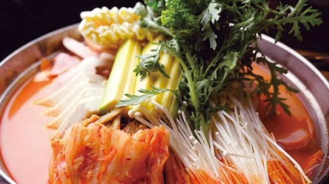 韓サラン - 料理写真: 自慢のカムジャタン  骨付き豚肉のだしをすったほくほくのじゃがいもがたっぷり!  香ばしいエゴマの葉の風味も食欲をそそります!