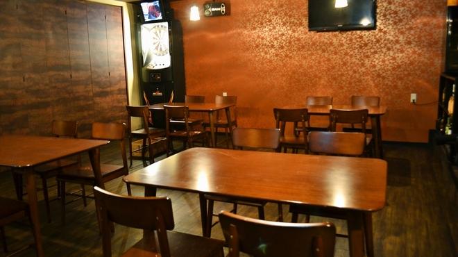 EBL - 内観写真:ゆったり目のテーブルは6名様でもご利用いただけます。