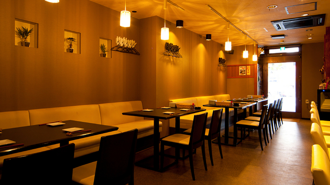 熊屋 - 内観写真:カジュアルな店内は、ゆったりくつろげるソファテーブル席