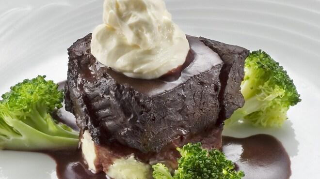 ザ・ワインバー - 料理写真:じっくり煮込んだ牛ホホ肉の赤ワイン煮 1380円