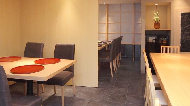 いしづか - 内観写真:奥のテーブルは6名様までの半個室風のお席にすることも可能です